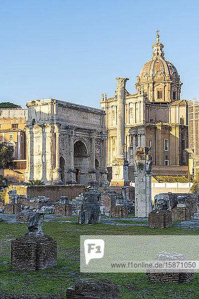 Settimio Severo Arch and Colonna di Foca  Imperial Forum (Fori Imperiali)  UNESCO World Heritage Site  Rome  Lazio  Italy  Europe