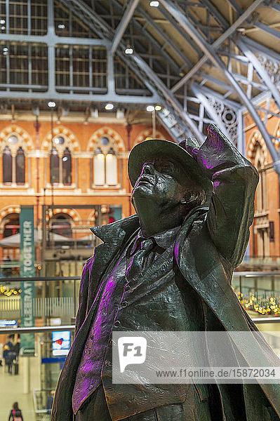 The Statue of John Betjeman  St. Pancras International Station  London  England  United Kingdom  Europe