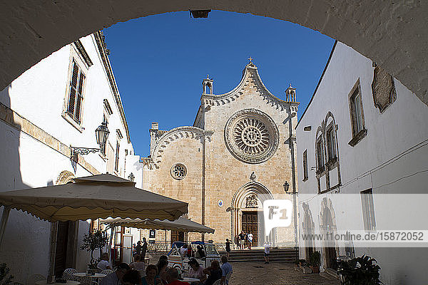A view through an arch to the rose window on the Cathedral of Santa Maria dell Assunzione in Ostuni  Puglia  Italy  Europe