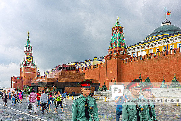 Moscow  Russia  Red Square  policemen and a photographer with the Kremlin in the background