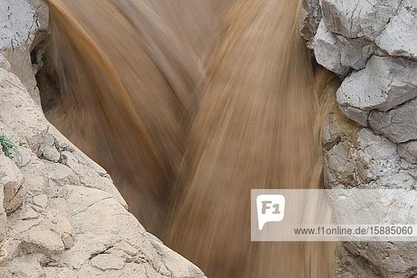 Nahaufnahme einer Sturzflut in der israelischen Wüste.