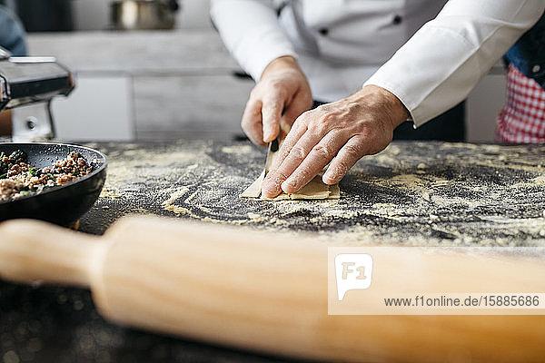 Nahaufnahme eines Mannes  der hausgemachte glutenfreie Nudeln zubereitet