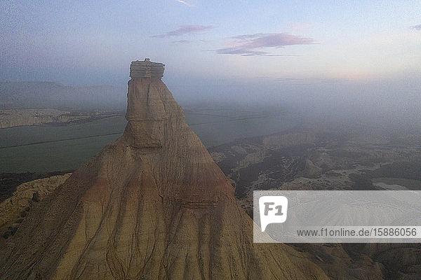 Spanien  Navarra  Luftaufnahme der Castildetierra-Felsspitze in der Abenddämmerung