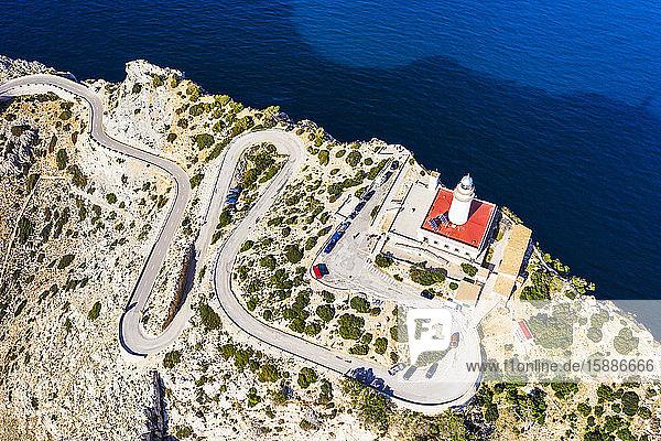 Spanien  Mallorca  Pollenca  Drohnenansicht der kurvenreichen Straße  die zum Formentor-Leuchtturm führt