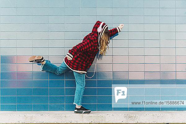 Teenager-Mädchen mit Kopfhörern amüsiert sich im Freien