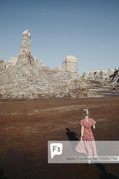 Hochwinkelaufnahme einer Touristin beim Wandern am Salt Canyon  Danakil-Depression  Äthiopien  Afar