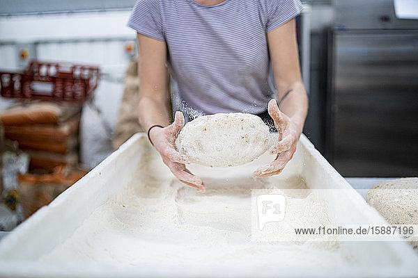 Nahaufnahme einer Frau  die in einer Bäckerei Brot backt Nahaufnahme einer Frau, die in einer Bäckerei Brot backt