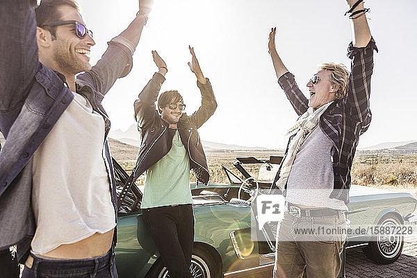 Glückliche Freunde im Cabriolet auf einer Autoreise