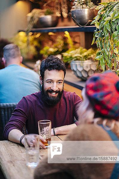 Mann und Frau bei einem Drink in einem Restaurant