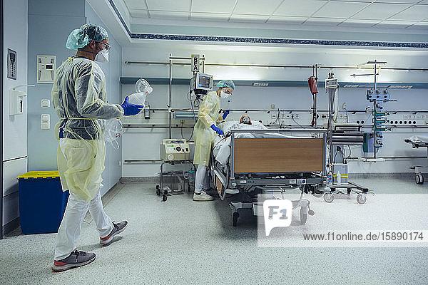 Ärzte  die Patienten auf der Notfallstation eines Krankenhauses betreuen  wechseln die Atmung von Sauerstoffmaske auf Beutelventilmaske