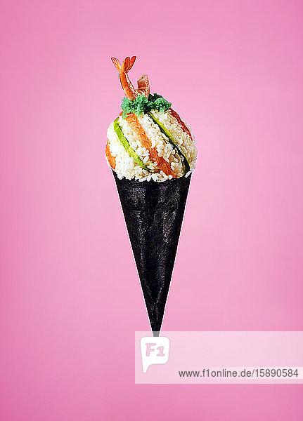 Sushi-Eistüte mit Reis  Wasabi  Lachs und Garnelen