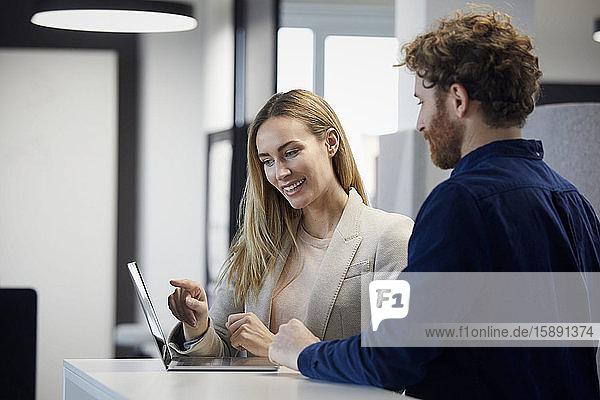 Geschäftsmann und Geschäftsfrau arbeiten zusammen mit Laptop im Büro