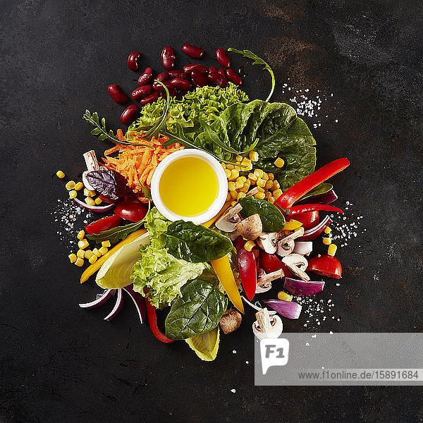 Haufen verschiedener kulinarischer Zutaten für Salat