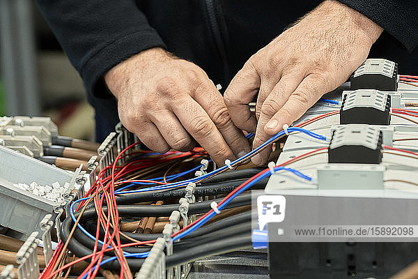 Nahaufnahme eines Elektrikers  der an Schaltkreisen arbeitet Nahaufnahme eines Elektrikers, der an Schaltkreisen arbeitet