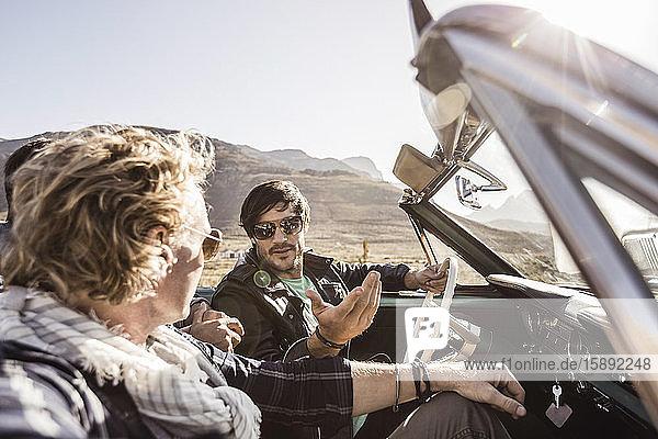 Freunde im Cabriolet auf einer Autoreise
