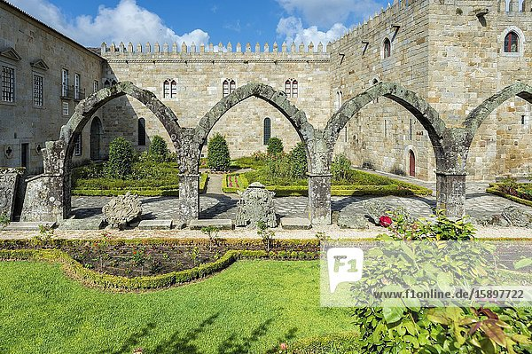 Santa Barbara garden near the walls of the Old Palace of the Archbishops  Braga  Minho  Portugal.