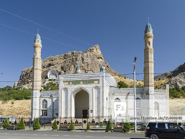 Historic and Cultural Museum  built into a cave. In foreground the new Sulaiman Too Mosque. Mount Suleiman-Too (Sulaimain-Too  Sulayman-Too)  a UNESCO World Heritage site. City Osh in the Fergana Valley close to the border to Uzbekistan. Asia  central Asia  Kyrgyzstan.