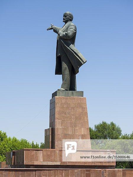 Die Lenin Statue an der Lenin Avenue. Die Stadt Osch (Osh) im Ferghanatal an der Grenze zu Usbekistan. Asien  Zentralasien  Kigisistan.