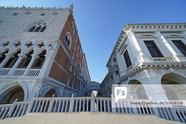 Ponte della Paglia  Bridge of Sighs and doge's Palace during Coronavirus lockdown  Venice  Italy  Europe