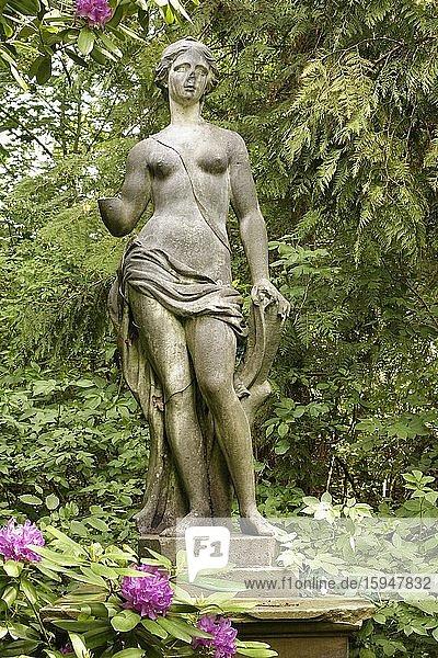 Italienische Statue  Frau mit unbekleidetem Oberkörper  Schlossgarten  Schloss Rauischholzhausen  Ortsteil Rauischholzhausen  Gemeinde Ebsdorfer Grund  Landkreis Marburg-Biedenkopf  Mittel Hessen  Hessen  Deutschland  Europa