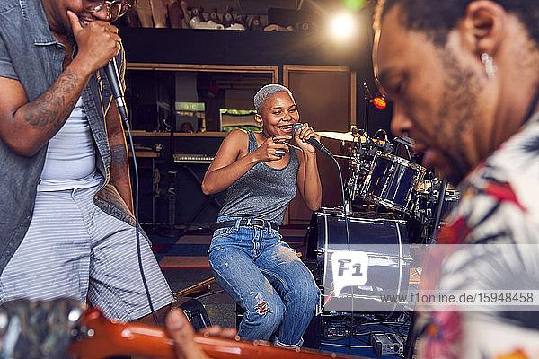 Glückliche Musiker üben im Aufnahmestudio