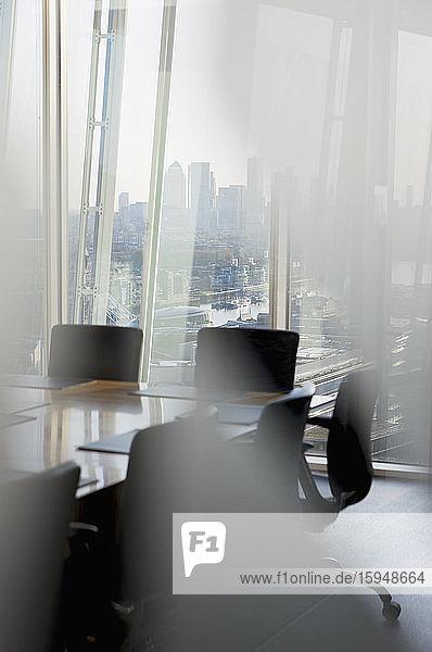 Konferenzraum mit Blick auf das Stadtbild