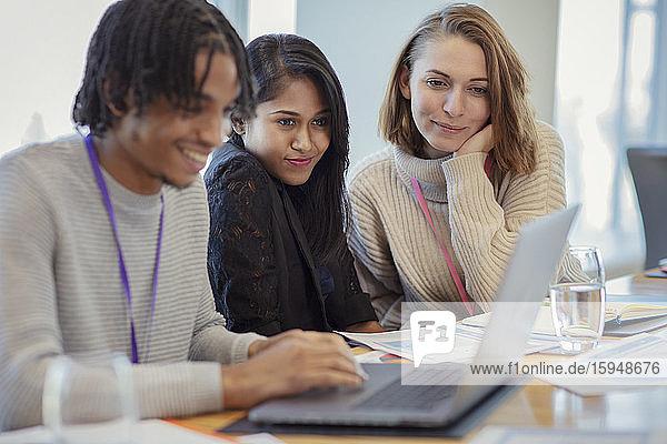 Geschäftsleute  die bei Besprechungen einen Laptop benutzen