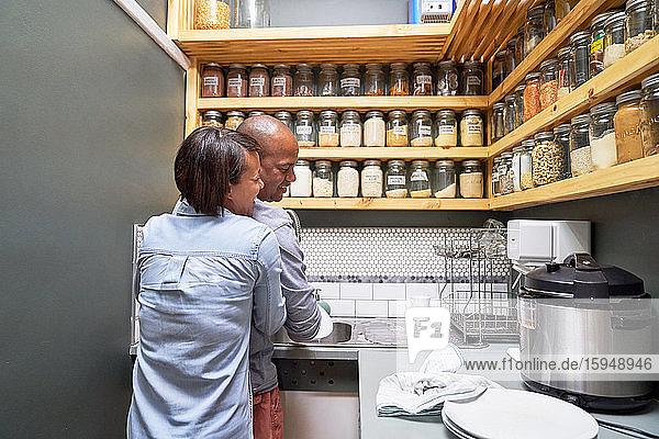 Glückliches  liebevolles Paar umarmt sich in der Küche