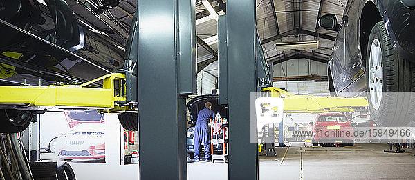 Männlicher Mechaniker in einer Autowerkstatt