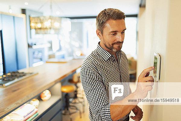 Digitaler Thermostat für die Hausautomation zur manuellen Einstellung