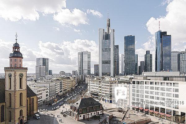 Deutschland  Hessen  Frankfurt  Stadtplatz mit innerstädtischen Wolkenkratzern im Hintergrund