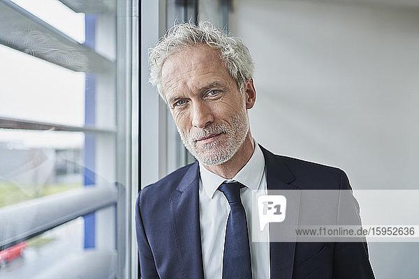 Porträt eines selbstbewussten Geschäftsmannes am Fenster Porträt eines selbstbewussten Geschäftsmannes am Fenster