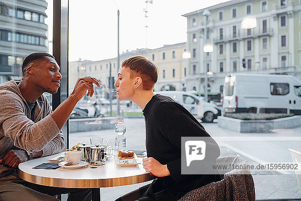 Junges Paar isst Kuchen in einem Cafe