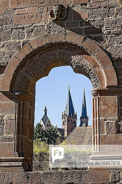 Three-pass arch and Barbarossa's head  palace wall  medieval castle ruins  imperial palace of Emperor Frederick I. Barbarossa  Stauferpfalz  Barbarossa Castle  behind Marienkirche  Gelnhausen  Hesse  Germany  Europe