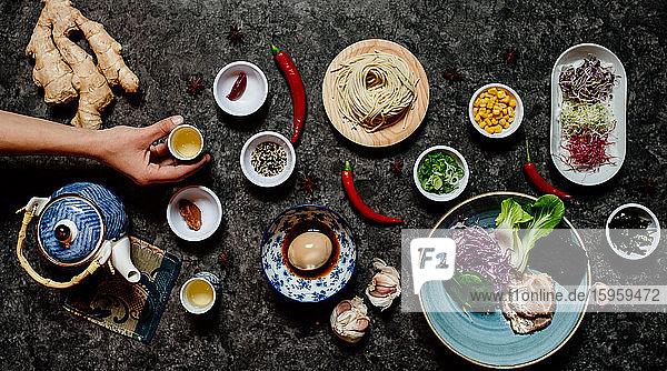Hochauflösende Nahaufnahme einer Auswahl von Zutaten in einem Ramen- und Gyoza-Restaurant in Italien.