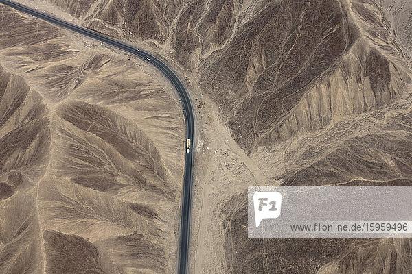 Luftaufnahme einer Landstraße durch eine Wüstenlandschaft  Nasca  Südperu.