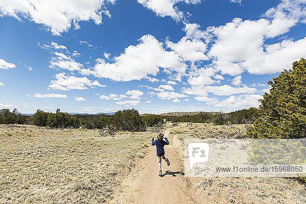 6 Jahre alter Junge beim Wandern im Galisteo-Becken  NM.