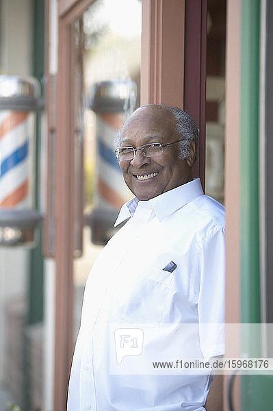 Barbier steht lächelnd in der Tür