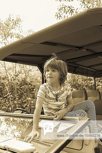 Ein fünfjähriger Junge in einem Safari-Jeep