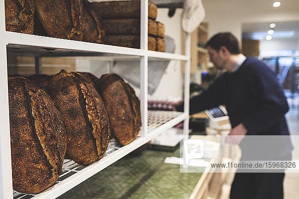 Handwerkliche Bäckerei zur Herstellung von speziellem Sauerteigbrot  Regale mit gekochten Broten.