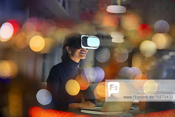 Lächelnde Geschäftsfrau mit Virtual-Reality-Brille