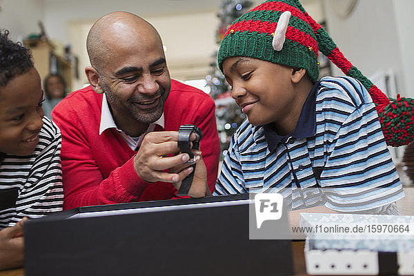 Vater erhält von Söhnen eine Armbanduhr zu Weihnachten