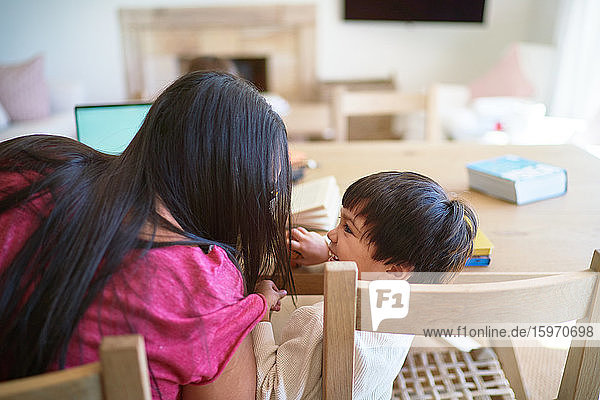 Liebevolle Mutter und Sohn am Esstisch