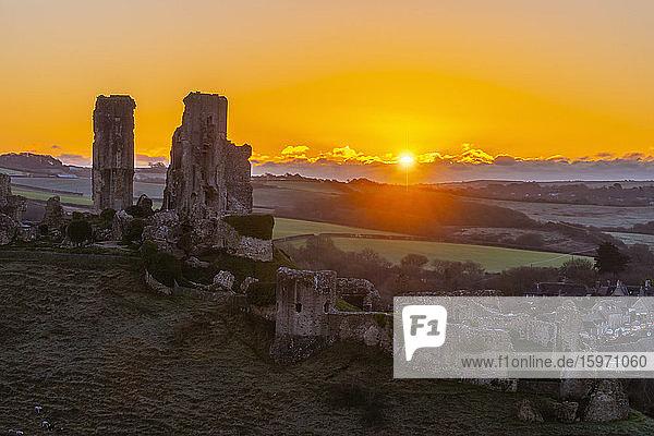 Schloss Corfe bei Sonnenaufgang  Dorset  England  Vereinigtes Königreich  Europa