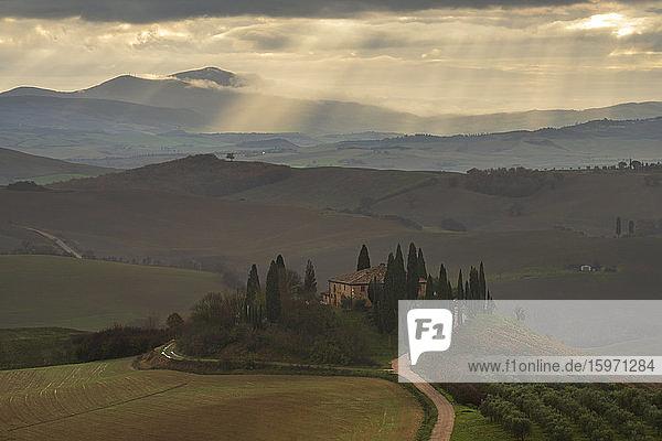 Podere Belvedere und toskanische Landschaft mit dramatischem Himmel  San Quirico d'Orcia  Toskana  Italien  Europa