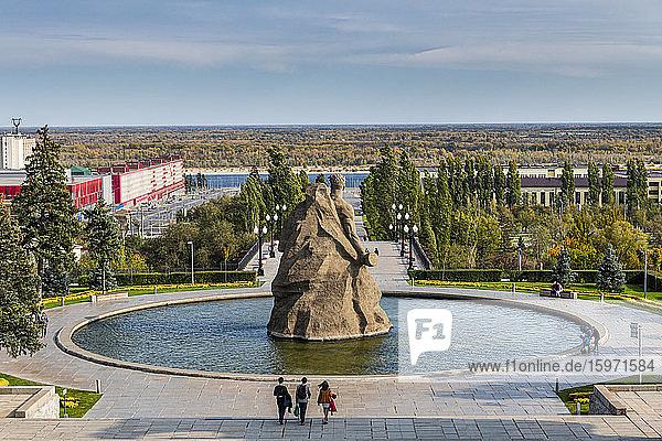 Riesiger Teich mit einem riesigen Statut zu Mamajew Kurgan  Wolgograd  Gebiet Wolgograd  Russland  Eurasien