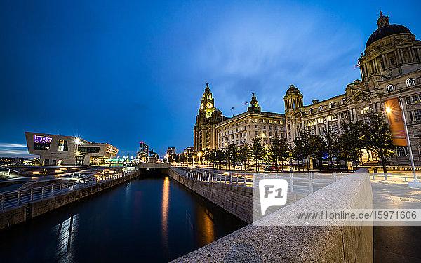 Pier Head und die drei Grazien an der Uferpromenade des Flusses Mersey während der Blauen Stunde  UNESCO-Weltkulturerbe  Liverpool  Merseyside  England  Vereinigtes Königreich  Europa