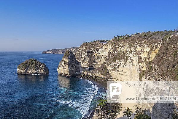 Blick auf den Strand von Atuh und die Sandsteinklippen  Insel Nusa Penida  Bali  Indonesien  Südostasien  Asien