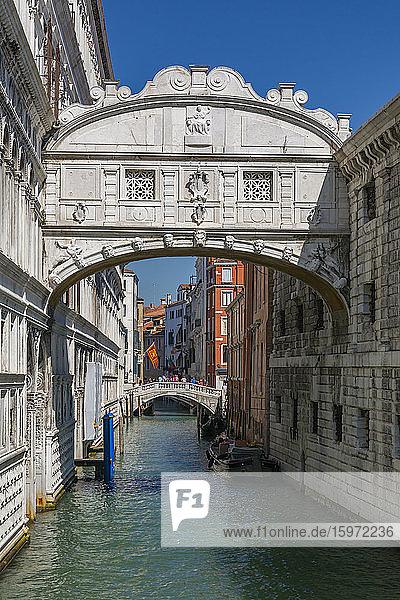 Blick auf die Seufzerbrücke von der Riva Degli Schiavoni  Venedig  UNESCO-Weltkulturerbe  Venetien  Italien  Europa