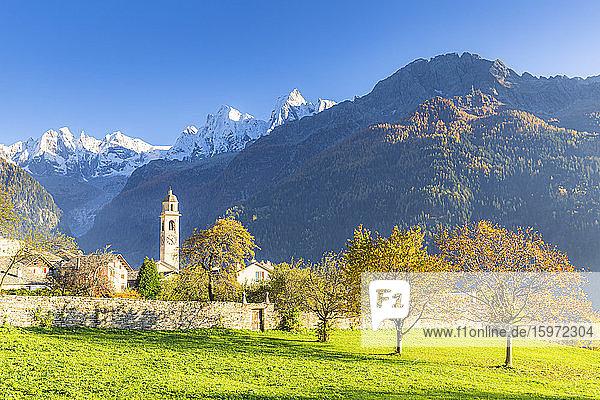 Traditionelles Dorf Soglio im Herbst  Soglio  Bergell  Graubünden  Schweiz  Europa